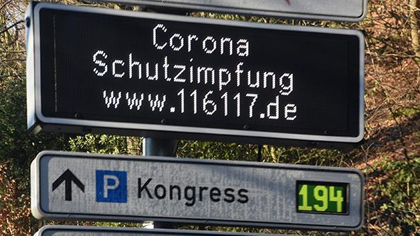 Verkehrsleitsystem und seine gute Seite – Werbung für 116117-Corona-Internetseite
