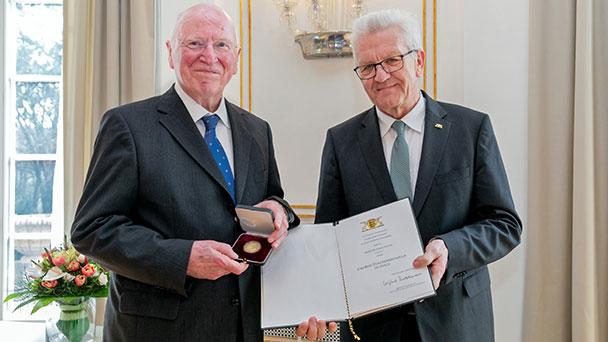 Ehemaliger Umweltminister Erwin Vetter erhielt gestern Staufermedaille in Gold von Winfried Kretschmann – Am 10. April zu Gast in Baden-Baden