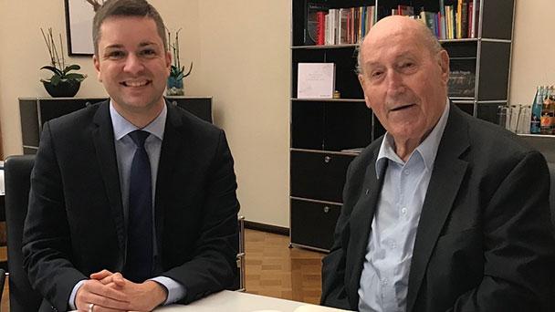 """Eintrag in das """"Goldene Buch"""" Reiner Sontheimer – Auch Willy Brandt, Joachim Gauck und Alfred Grosser vertreten"""