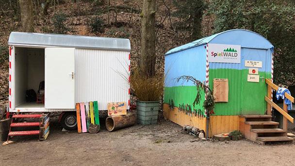 Begeisterte Kinder in romantischen Bauwagen – Waldkindergarten Gernsbach wächst und gedeiht