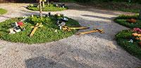 Übler Vandalismus auf Friedhof in Rastatt – Grabkreuze aus dem Boden gerissen