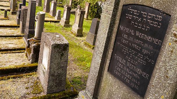 Rainer Wollenschneider erzählt vom jüdischen Leben in Rastatt – Führung am jüdischen Friedhof