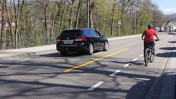 Gelbe Markierung in Schwarzwaldstraße – 95 Prozent der Autofahrer zu nahe an Radfahrer
