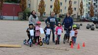 75 Mädchen und Jungen lernen sicheren Umgang mit Tretrollern – Auf die Roller, fertig, los!
