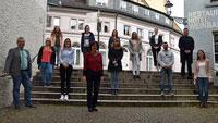 Elf neue Mitarbeiter für Stadtverwaltung Baden-Baden – Oberbürgermeisterin Mergen umringt von Azubis