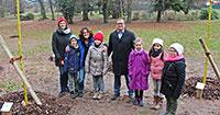Kinder erhalten Bäume als Geschenke - Fünf Bäume für Umwelt-Champions 2018
