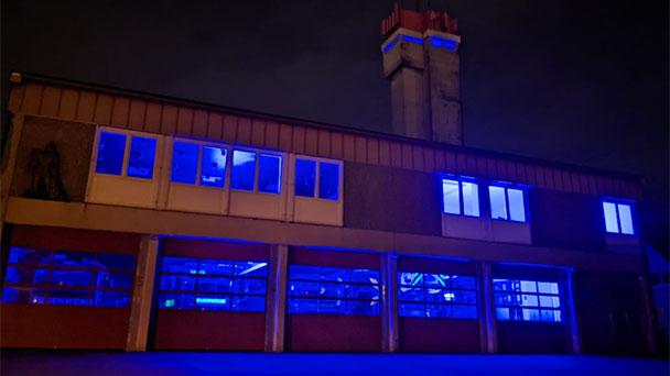 """Feuerwehrhaus in Sinzheim blau beleuchtet – """"Wir sind auch weiterhin für Sie da!"""""""