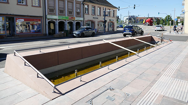 Baumaßnahmen an der Kapellenstraße – Geländer für mehr Sicherheit – Schwierigkeiten beim Entfernen der gelben Markierungsstreifen