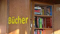 Ein kleiner Holzschrank in Selbach – Lesen unter freiem Himmel – Bibliothek in Miniaturausgabe