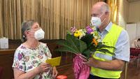 50.000ste Impfung im Kurhaus Baden-Baden – Blumenstrauß und Freikarten für Merkurbahn erhielt Elisabeth Winterhalter
