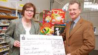 Gesellschaftsspiele für die Stadtbibliothek - Rotary Club spendet seit 1997 10.000 Euro