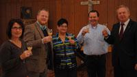 OB übergibt Traubensaft an Evangelische Friedensgemeinde