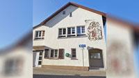 Wunsch der Vereinsvorstände erfüllt: Defibrillator am Rathaus in Moos
