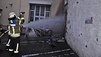Feuer hinter Hotel am Karfreitag – Hausfassaden erlitten starke Beschädigungen