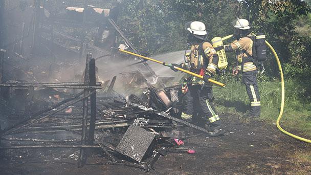 Wohnwagen in Flammen – Feuerwehr zwischen Baden-Oos und Haueneberstein im Einsatz