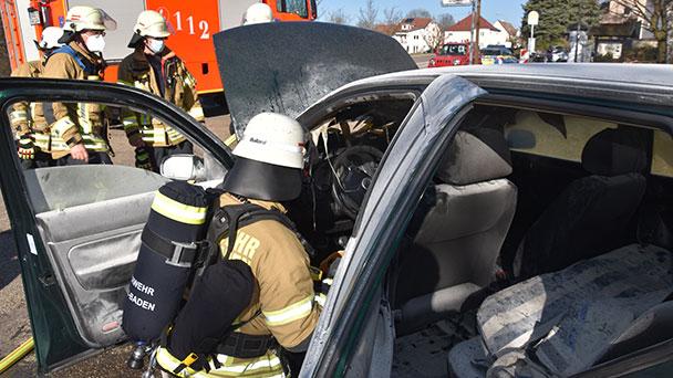 Feuerwehreinsatz vor der Klinik in Baden-Baden – Auto in Flammen