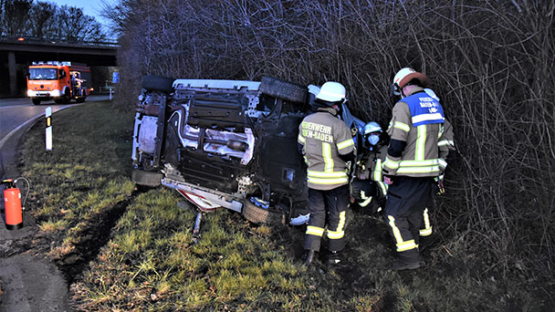 Auto in Böschung umgekippt – Feuerwehreinsatz am Autobahnzubringer