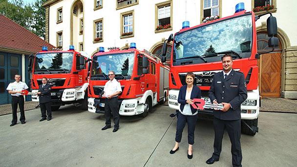 Drei Neuzugänge zur Gefahrenabwehr – Löschfahrzeuge an Freiwillige Feuerwehr übergeben