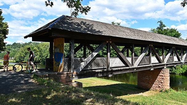 Taucher in der Murg im Einsatz – Traditionsreiche Flößerbrücke wird nun komplett saniert