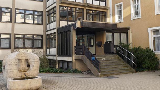 """Gernsbacher Stadtverwaltung auch ohne Termin wieder zu Verfügung – """"Hochfrequentierte Bereiche mit Spuckschutz ausgestattet"""""""