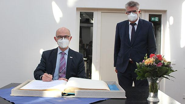 Bühl würdigt Bosch-Manager – Eintrag  im Goldenen Buch zum Abschied von Bernhard Straub