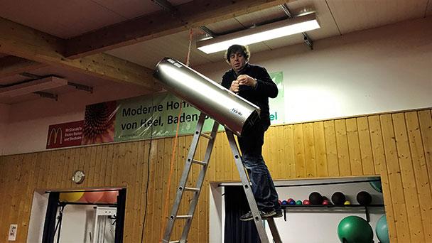 Wie ein Zeppelin schwebt eine silbern glänzende Zigarre unter dem Dach der SCL Heel – UVC Lampen, die alle Viren abtöten