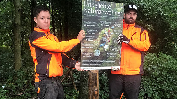 Rastatt wehrt sich gegen vermüllten Wald – Plakate im Stadtwald Plakate – Plastiktüten, Babywindeln, Getränkedosen, Zigarettenkippen