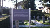"""Hinweisschilder auf Rastatter Friedhöfen – """"Auf diesem Gräberfeld ruhen Tote der beiden Weltkriege"""" – Soldaten, zivile Opfer und Kriegsverbrecher"""