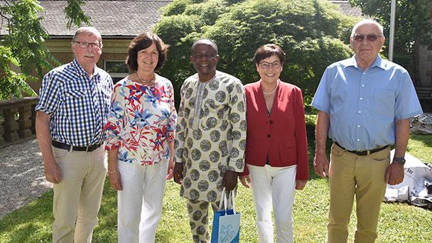 """""""Schulen für Afrika"""" – Pater Tobe Nnamani aus Nigeria bei Baden-Badener OB Mergen"""
