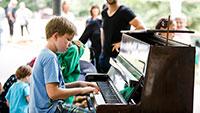 Auch in Gaggenau gibt es ein Kurparkfest – Spieler für das rollende Klavier gesucht