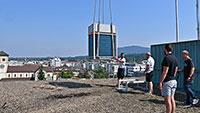 Heißes Manöver in Gaggenau – Kühlgerät schwebt in 45 Meter über dem Rathaus