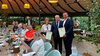 Baden-Badener FDP-Vorsitzender René Lohs hält deutsch-russische Fahnen hoch – Ehrung durch russischen Generalkonsul