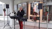 Tapferer Elmar Hohmann singt bei Schmuddelwetter – Weihnachtslieder für Pflegegäste hinter den Fenstern