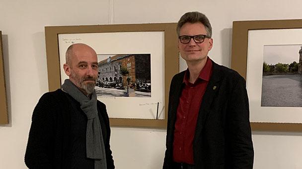 """Fotokünstler Oliver Hurst stellt Bilder in Wahlkreisbüro aus – Hentschel: """"Ton in der politischen Diskussion rauer"""""""