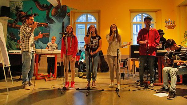 Jugendliche lernen Musik-Profis kennen – In Lila Villa eigene Werke schaffen