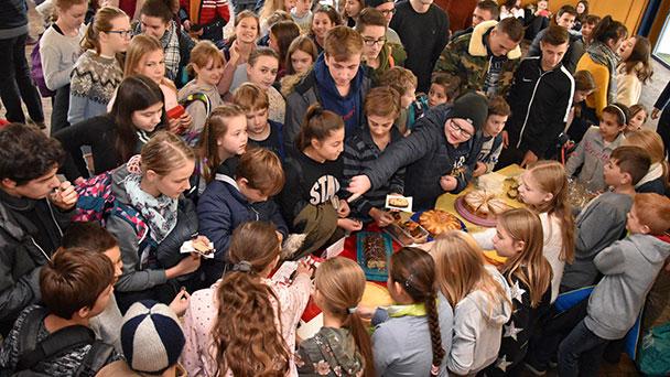 """Baden-Badener Schüler denken an die Armen in der Welt - RWG-Kuchenverkauf für """"Grenzenlose Weihnachtsfreude"""""""