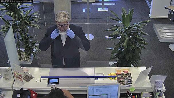 Mit Perücke und falschem Pass 80.000 Euro ergaunert – Fahndung mit Foto des Betrügers