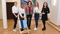 """Unternehmer von """"Stolix"""" und """"Magnifiziert"""" im Baden-Baden Rathaus – Zusammensteckbare Stühle aus Holz"""