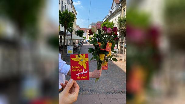 """Rastatter Einzelhändler begrüßen Kunden mit 1.000 Rosen – """"Schön, dass Sie wieder da sind"""""""