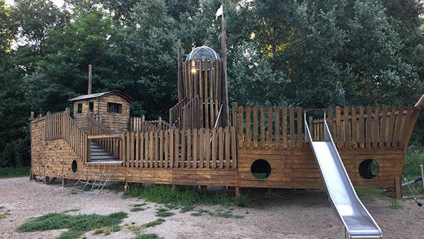 Drei Wochen Schönheitskur für Spielschiff an der Rheinpromenade – Aufwendige Sanierung für 46.000 Euro