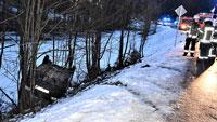 Schneeunfall in Oberbeuern – Feuerwehr musste Autofahrer befreien – Verkehr fast zwei Stunden gesperrt
