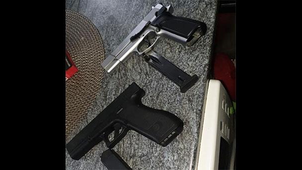 """Messerangriff auf Arpaschi wirft doch Fragen auf – """"Verdacht auf unerlaubten Waffenbesitz"""" – Pistolen auf Facebook-Foto"""