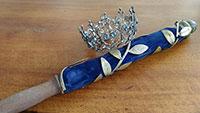 Kein Zwetschgenfest – Schaufensterausstellung tröstet – Zepter und Krone der Zwetschgenkönigin