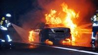 Mercedes mit Gastank lichterloh in Flammen - Fahrer rettete sich