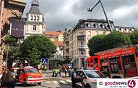 Feuer am Baden-Badener Sonnenplatz – Dachstuhlbrand in Wohn- und Bürogebäude – Sieben Personen unversehrt – Weiträumige Absperrungen