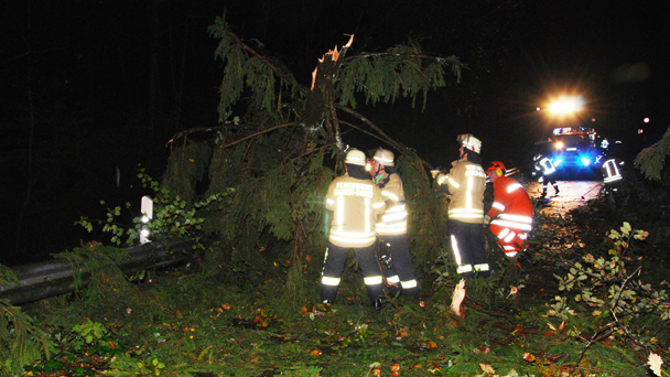 """Überflutete Straßen und umgestürzte Bäume in Baden-Baden - Feuerwehrkommandant warnt weiterhin vor sorglosem Aufenthalt im Freien - """"Viele Äste, die losgerissen in den Bäumen hängen"""""""