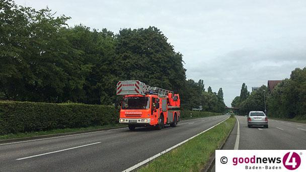 Sturmböen in Baden-Baden - Autos gestern Nachmittag durch umgefallenen Baum schwer beschädigt
