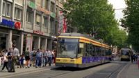 Tödliche Tragödie in Karlsruhe - Passantin stolperte vor Straßenbahn - Straßenbahnfahrer und Passanten unter Schock
