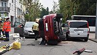 Sperrung in Rheinstraße nach Unfall – Auto überschlagen