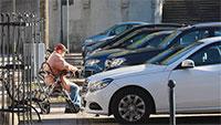 """Platz für Bürger wurde Blechwüste - Stadtrat Schmoll beklagt Untätigkeit bei Bernhardusplatz - OB Mergen soll umgehend """"Gespräch mit Pfarrer Teipel aufnehmen"""""""